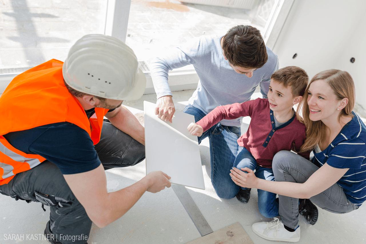 Nadine Petry mit Mann und Kind bei einer Baustellenbesichtigung