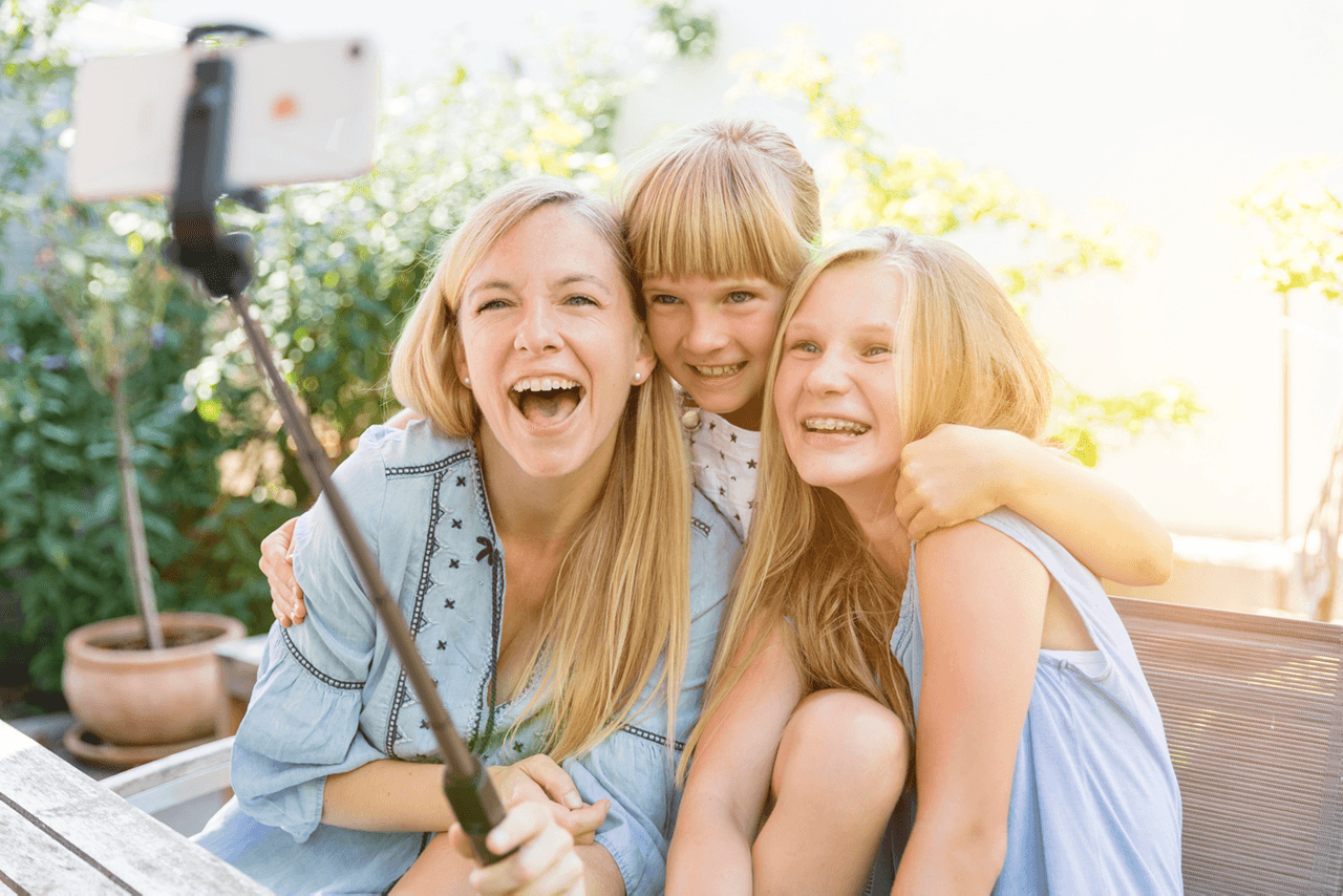Nadien Petry und zwei Kinder machen lachend ein Selfie