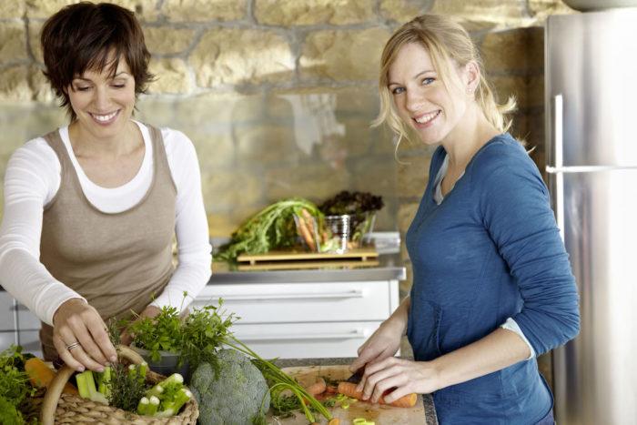 Nadine Petry kocht mit zusammen mit einer weiteren Frau.
