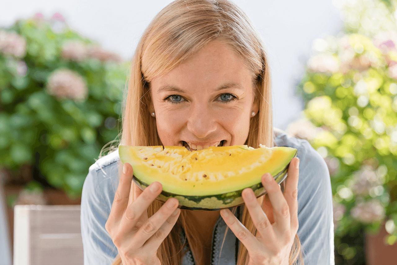 Nadine Petry beisst in ein Stück Melone