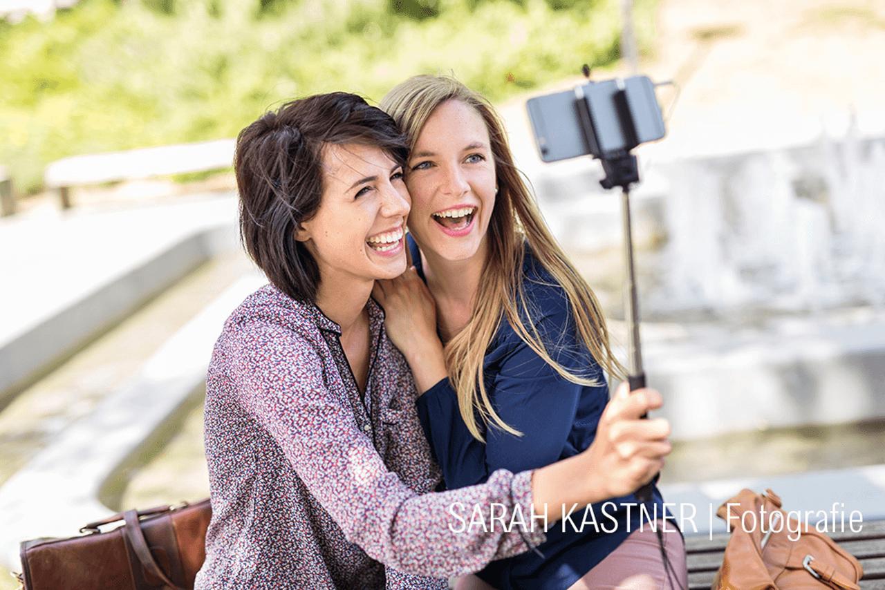 Nadine Petry macht ein Selfie mit einer Freundin
