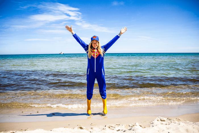 Nadine Petry am Strand als Super-Shoerlock