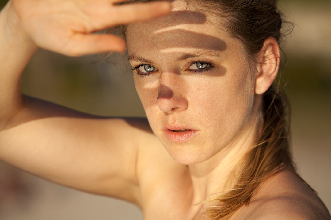 Nadine Petry im Profil im Sonnenuntergang