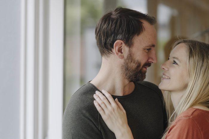 Nadine Petry und Joel Beck schauen sich verliebt in die Augen.