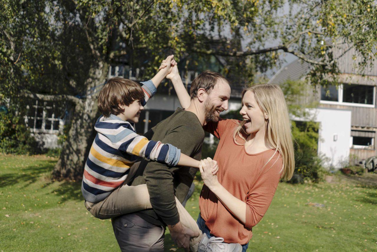 Nadine Petry mit männlichem Partner und Kind im Garten.