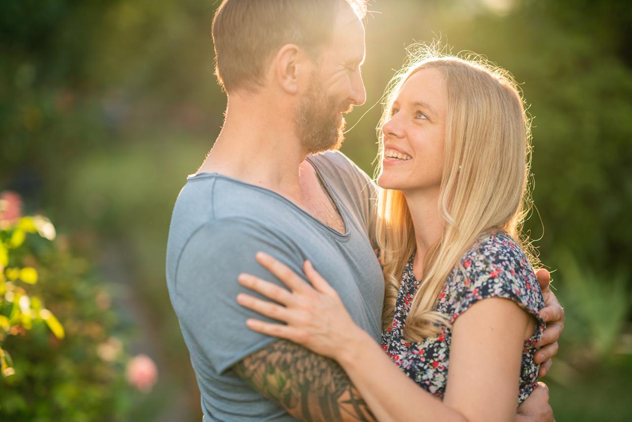 Nadine Petry und Joel Rakete sehen sich eng umschlungen liebevoll in die Augen.