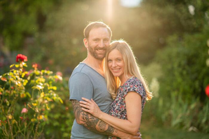 Nadine Petry und Joel Rakete eng umschlungen mit Blick in die Kamera.