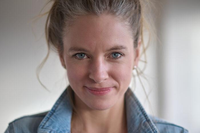 Nadine Petry mit Hochsteckfrisur